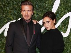Victoria Beckham, in pulover, pe covorul rosu, la Bristish Fashion Awards. Vezi FOTO!