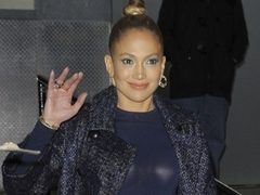 Jennifer Lopez, intr-o tinuta in stilul anilor '50. Hot or Not?